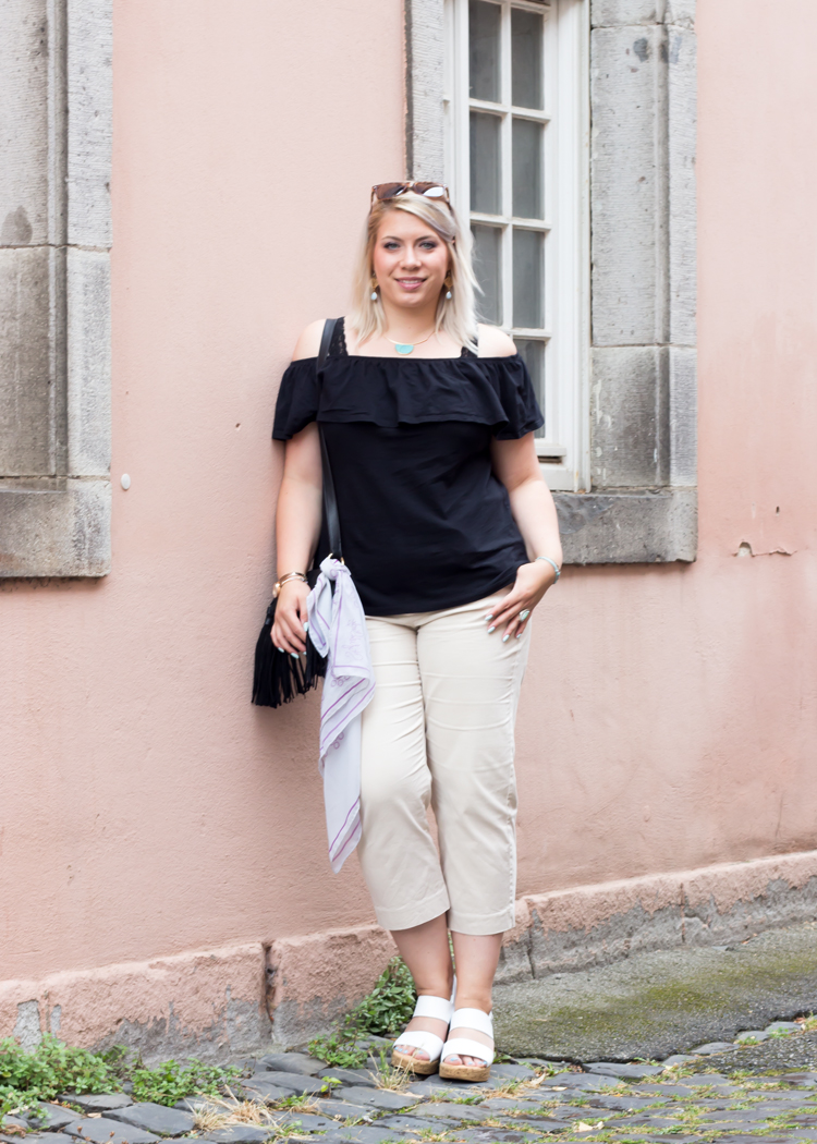 missesviolet-fashion-outfits-off-shoulder-top-und-beige-culotte-mit-fransentasche-1