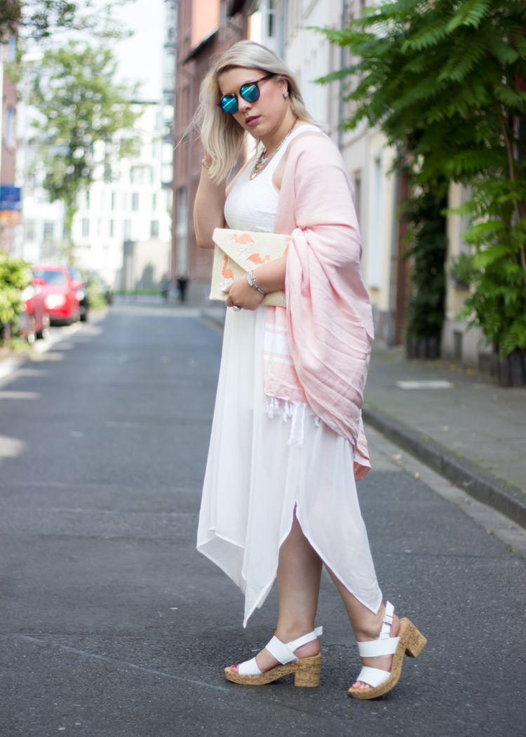missesviolet-fashion-outfits-white-lace-dress-flamingo-clutch-espadrij-plaid-2