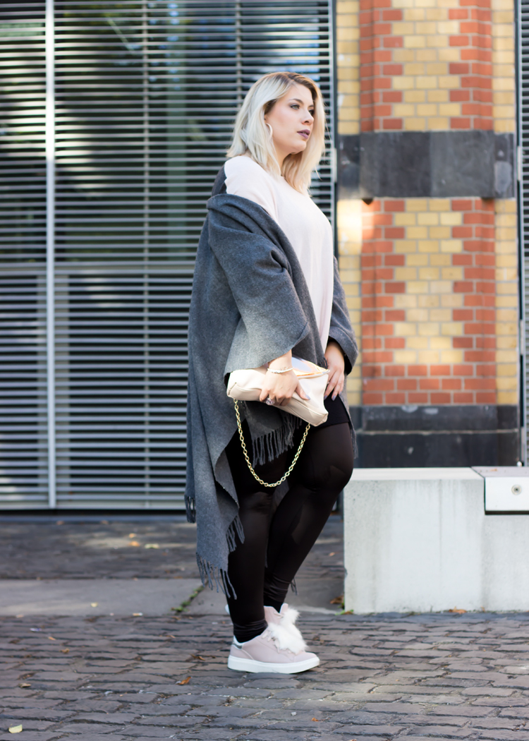 missesviolet-fashion-outfits-layering-look-oversize-poncho-und-fake-fur-sneaker-3